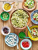 Nudelsalatbar mit Pesto und verschiedenen Zutaten