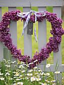Herz aus Fliederblüten zum Muttertag an Zaun gehängt