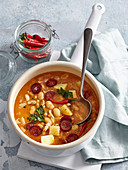 Weiße Bohnensuppe mit Wurst und Chili