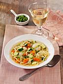 Vegetarischer Nudeleintopf mit Kohlrabi, Karotten und Zucchini