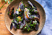 Mussels in white wine sauce prepare