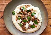 Polenta mit Knoblauch, Käse und Pilzen zubereiten