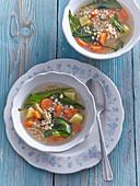 Grütze-Suppe mit Bärlauch und Gemüse