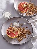 Gegrillte Pink Grapefruit mit Kokos-Granola