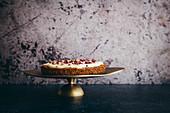 Glutenfreier Karottenkuchen mit Tahini-Glasur garniert mit Rosenblüten
