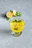 Zitronengelee garniert mit Zitronenscheiben und Zitronenmelisse
