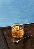 Old Fashioned Cocktail mit Eis und Zitronenschale