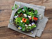 Gemischter Blattsalat mit Essblüten und Feta