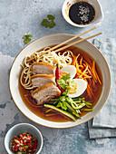 Suppe mit Schweinefleisch, Gemüse, Nudeln und Ei (Vietnam)