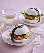 Sushiburger mit Räucherlachs, Gurke und Feldsalat