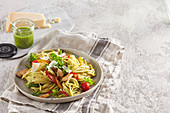 Spaghetti mit Kräuterpesto, Geflügel und Gemüse