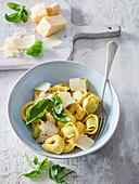 Tortellini mit Kräuterfüllung und Parmesan