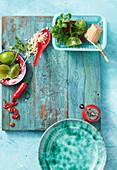 Asiatische Zutaten (Chilischote, Limetten, Reis und Koriandergrün)