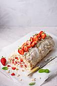 Baiserroulade mit frischer Schlagsahne und Erdbeeren