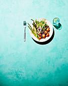 Bowl mit gebratenem Spargel, Kirschtomaten und Tahini-Zitronen-Dressing