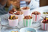 Schokoladenküchlein mit Reiscrispies und kandierten Früchten