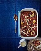 Englischer Schokoladenpudding mit Birnen und Mandeln