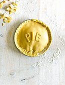 Ungebackene Pie mit Randverzierungen