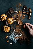 Muffins, Schokolade, Nüsse und Kakaopulver