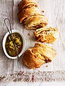 Pull Apart Bread mit Cheddar und karamellisierten Zwiebeln