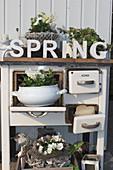 Alter Küchenherd mit Frühlings-Arrangement
