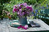 Sommerstrauß aus Malven, Bartnelken, Vexiernelke, Glockenblumen und Wiesenkümmel in Zinkkanne