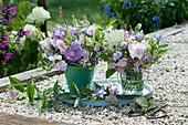 Kleine Sträuße  aus Wicken, Rosen, Flockenblume, Oregano, Glockenblumen, wilder Möhre, Geißraute, Salbei und Prachtkerze auf Holztablett