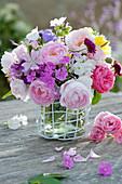 Sommerstrauß aus Rosen, Phlox, Malven, Glockenblumen und Witwenblume