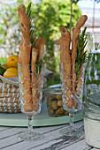 Sektkelche mit Brotstangen und Rosmarin