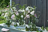 Blumendekoration mit Rosen, Glockenblumen, Staudenwicke, Kamille, Bartnelken, Wiesenkümmel, Kronwicke und Schafgarbe, Stachelbeeren als Deko
