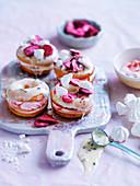 Pavlova-Donuts mit Baiser und Erdbeeren