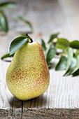 Eine Birne auf Holztisch