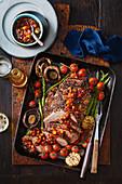 Roastbeef mit Pfefferkruste und rauchigem Barbecue-Relish