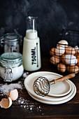 Backstilleben mit Sahne, Milch, Mehl, Eiern und Zucker