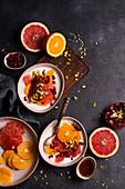 Naturjoghurt mit Orangen, Grapefruit, Granatapfel und Pistazien