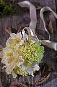 Strauß aus Blüten von Christrose und Nelke