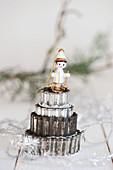 Kleine Holzfigur auf Türmchen von Plätzchenausstechern