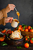 Meringue flavored with clementines topped with salty caramel