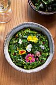 Gemüseragout mit Erbsen, Scamorza, Dinkel und Essblüten