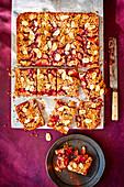 Streuselkuchen mit Pflaumen, Himbeermarmelade und Kardamom