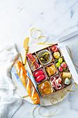 Pikante und süße Snacks für Weihnachten dekorativ arrangiert in Schachtel