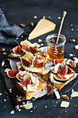 Toasts with goat cheese, figs, Parmesan cheese and honey