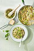 Zucchini-Saubohnen-Risotto mit Basilikumpesto