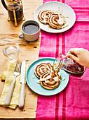 Pancake-Zimtschnecken mit Ahornsirup