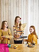 Kinder wenden Pfannkuchen durch Hochwerfen