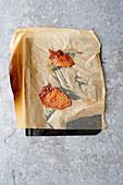 Knusprig gebackene Hähnchenhaut