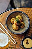 Panierte Fischbällchen mit Currydip (Asien)