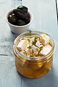 In Olivenöl und Kräutern marinierter Feta