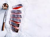 Frischer Lachs, aufgeschnitten, neben Konservendose