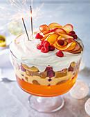 Klassisches Sommer-Trifle mit Wunderkerze